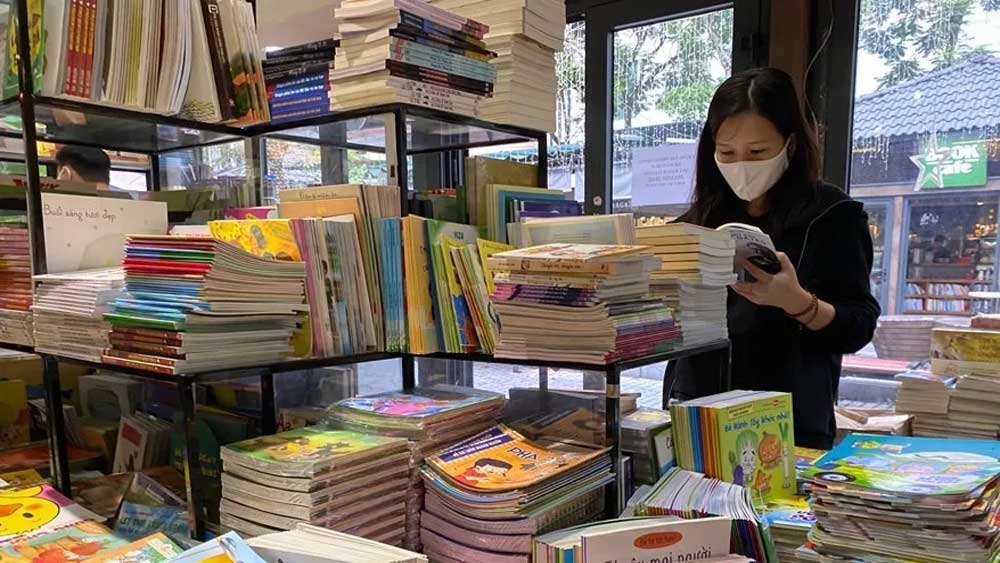 Hanoi's book street, reopens, Covid-19 pandemic,  temporary suspension, warm response, e-information stations, different publishing units