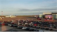 Sân bay thành rạp chiếu phim, khán giả xem từ ô tô
