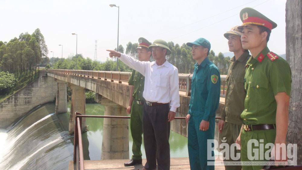 Công an xã Hương Sơn phối hợp với lực lượng dân quân tuần tra tại khu vực giáp ranh với huyện Hữu Lũng (Lạng Sơn).
