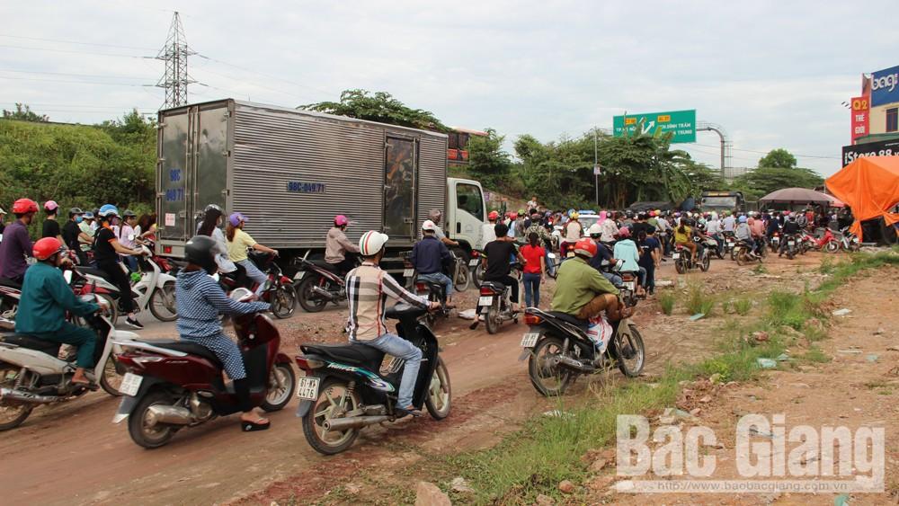 Đường gom bên phải quốc lộ 1 thuộc địa bàn huyện Việt Yên hiện nay nhỏ hẹp, xuống cấp nên thường xuyên xảy ra ùn tắc giao thông.