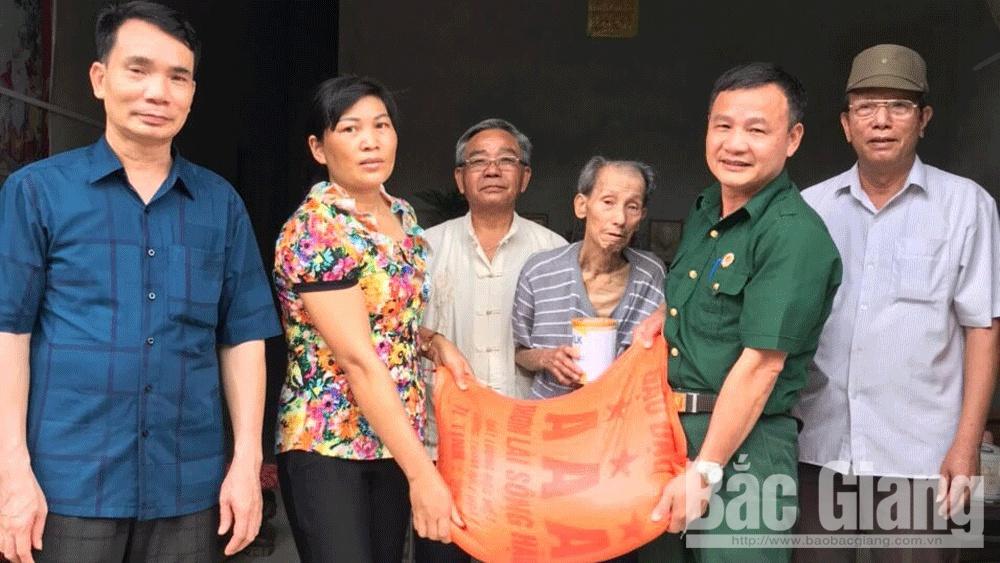 Hội Cựu chiến binh Tân Yên tặng quà hội viên hoàn cảnh khó khăn do dịch bệnh