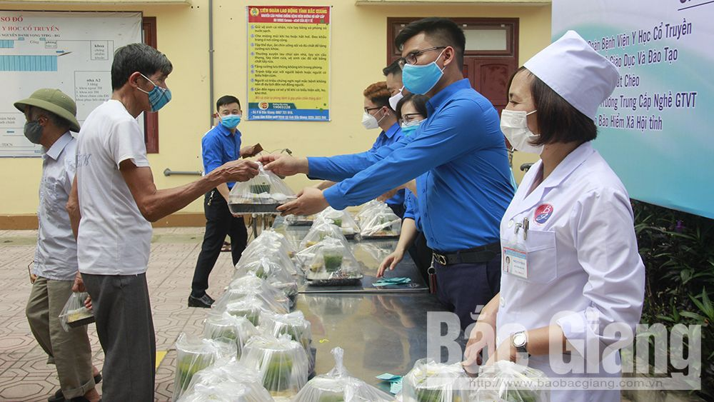 "Youth Union launches ""humanitarian porridge pot"" at Bac Giang Traditional Medicine Hospital"