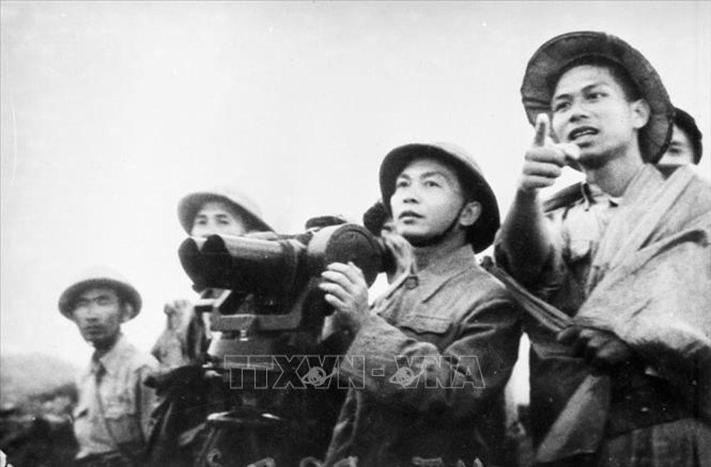 Đại tướng Võ Nguyên Giáp quan sát trận địa lần cuối cùng trước khi phát lệnh nổ súng mở màn chiến dịch Điện Biên Phủ.