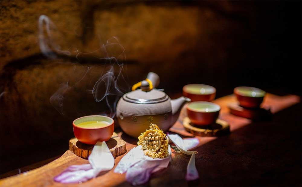 The fine art, Hue's lotus tea, Ancient town Hue, most elegant specialty, daily life, old-fashioned way, great concentration