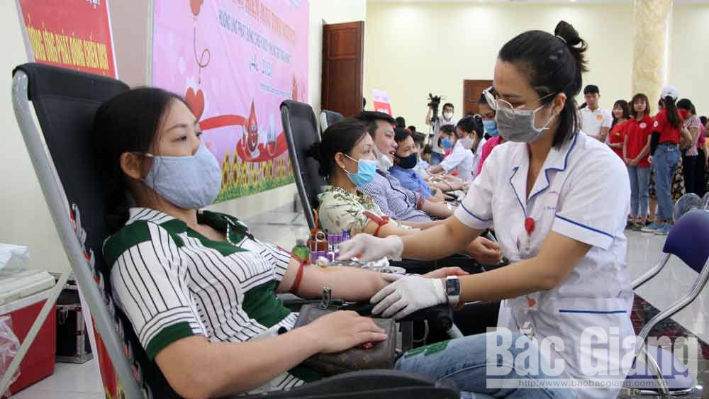 Bac Giang province,  Secretary Bui Van Hai, donates blood, Red Blood Campaign, 2020 summer, Voluntary Blood Donation