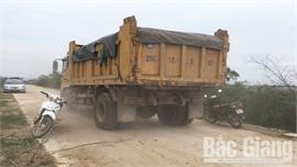 Xe tải trọng lớn lưu thông đe dọa an toàn đê tả Cầu