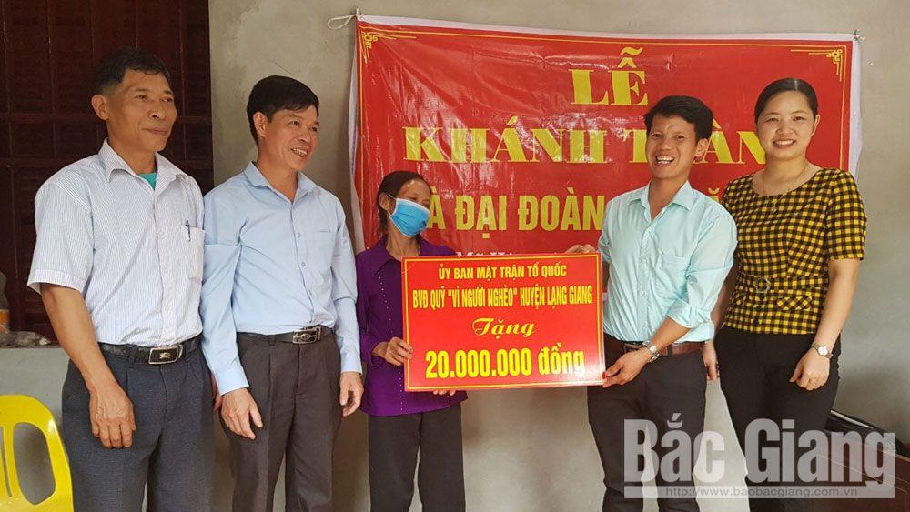 Trao nhà đại đoàn kết cho người nghèo ở huyện Lạng Giang
