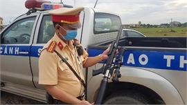 """Cảnh sát giao thông phát hiện, thu giữ súng bắn đạn chì """"khủng"""" trên Quốc lộ"""