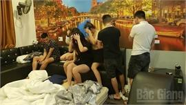 Bắc Giang: Kiểm tra nhà nghỉ lúc nửa đêm, phát hiện nhiều nam nữ tàng trữ, sử dụng ma túy