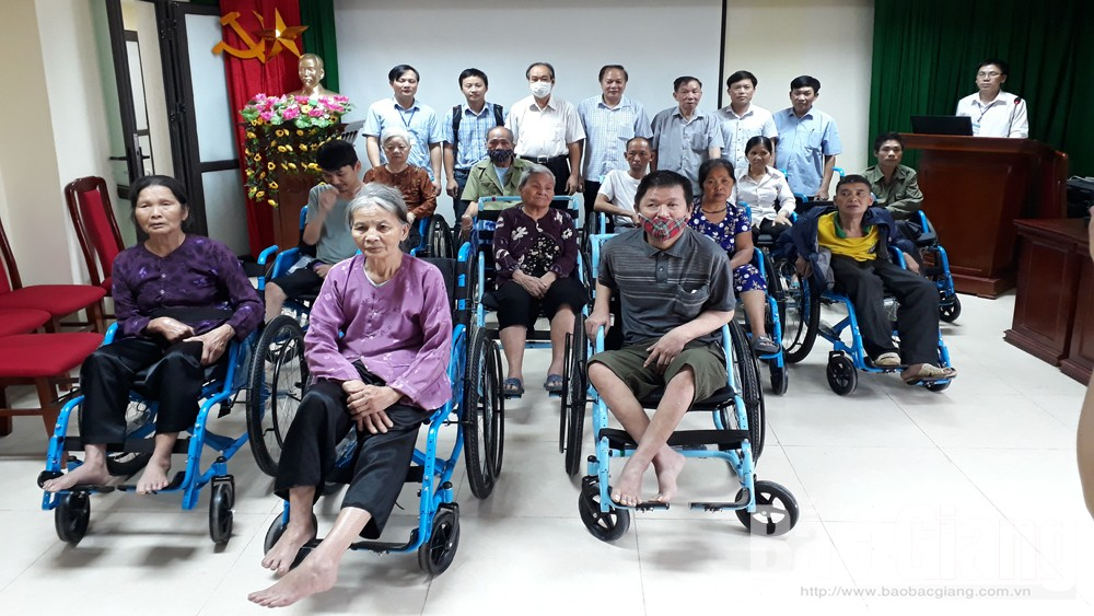 Wheelchairs presented to disable people in Bac Giang