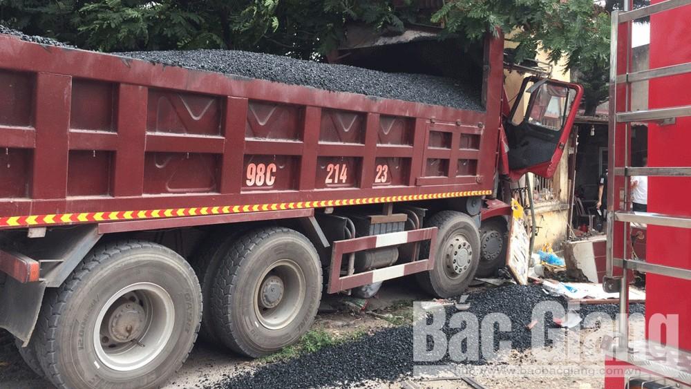 Công an Bắc Giang giải cứu hai người bị mắc kẹt sau va chạm giao thông