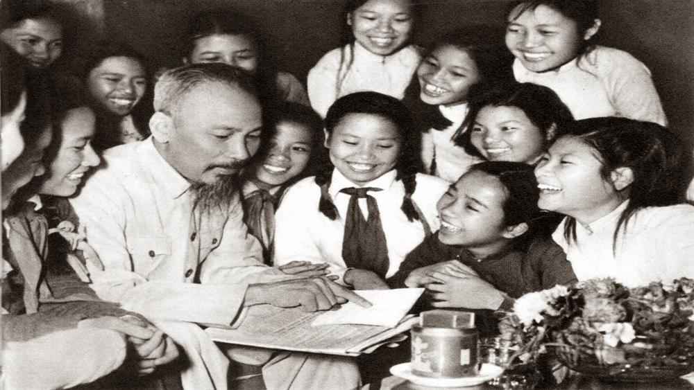 Bác Hồ với học sinh Trường Trung học Trưng Vương (Hà Nội) ngày 19-5-1956 (ảnh tư liệu).