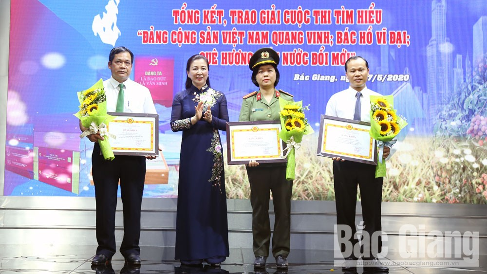 Winners of contest about Communist Party of Vietnam, Uncle Ho honoured