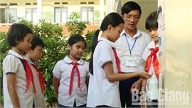 Thầy giáo sáng tạo dụng cụ hỗ trợ sát khuẩn tay cho học sinh