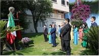 Đại sứ quán Việt Nam tại Mexico dâng hoa tại tượng Chủ tịch Hồ Chí Minh