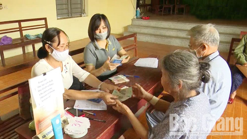 Huyện Lạng Giang: Chi trả tiền hỗ trợ cho đối tượng bị ảnh hưởng bởi dịch Covid-19