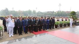 Kỷ niệm 130 năm Ngày sinh Chủ tịch Hồ Chí Minh: Các đại biểu Quốc hội vào Lăng viếng Bác