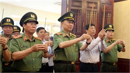 Đại tướng Tô Lâm và các đồng chí lãnh đạo tỉnh dâng hương tại Khu lưu niệm Sáu điều Bác Hồ dạy Công an nhân dân