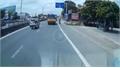 Xe phân khối lớn lao cắm mặt vào ôtô dừng đột ngột