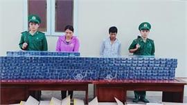 Bắt 2 vợ chồng vận chuyển gần 4.500 bao thuốc lá lậu qua biên giới