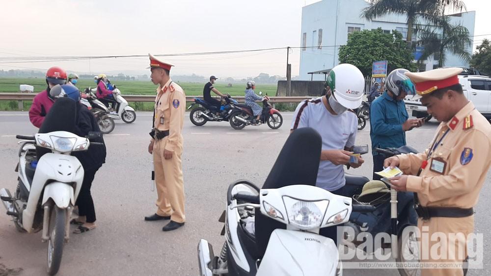 Cảnh sát giao thông huyện Việt Yên kiểm soát phương tiện mô tô.