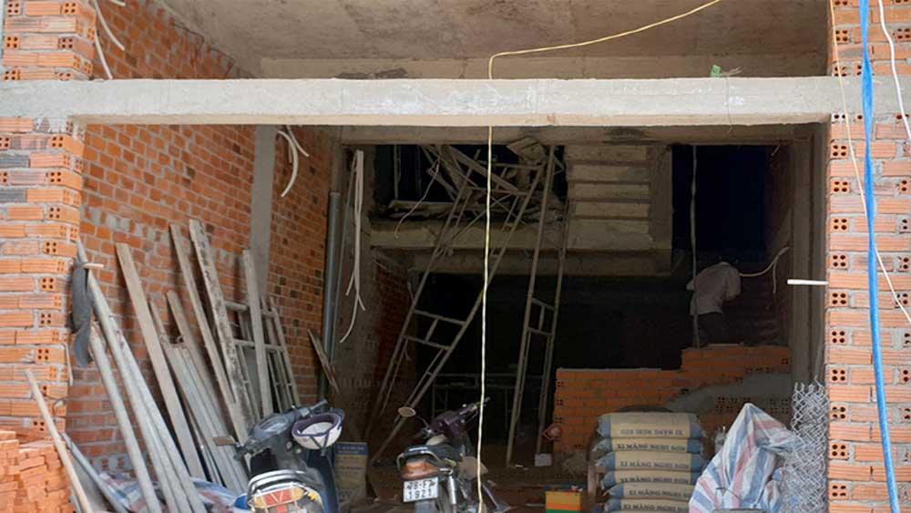Sập giàn giáo, bốn người bị thương, giàn giáo xây dựng, nhà bốn tầng, rơi xuống đất, đa chấn thương