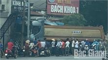 Bắc Giang: Tránh xe mô tô, xe ô tô tải đâm đổ 2 cột điện trên vỉa hè