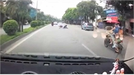 Quái xế trượt dài trên đường vì lạng lách