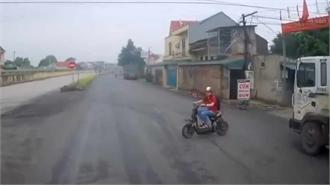 Lao xe điện từ trong ngõ ra, học sinh khiến tài xế ô tô khiếp vía