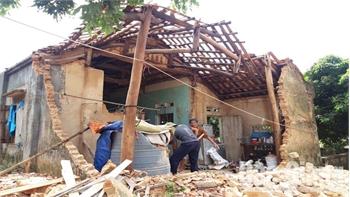 Giúp đỡ gia đình khó khăn bị đổ nhà do giông lốc