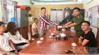 Bắc Giang: Trưởng Công an xã nhặt được của rơi, trả người đánh mất