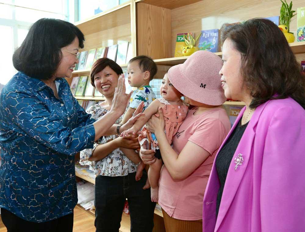 Phó Chủ tịch nước, thăm và tặng quà, bệnh nhi ung thư, Bệnh viện K