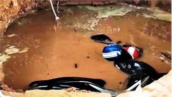 """""""Hố tử thần"""" nuốt hai xe máy tại một trường học ở Đắk Lắk"""