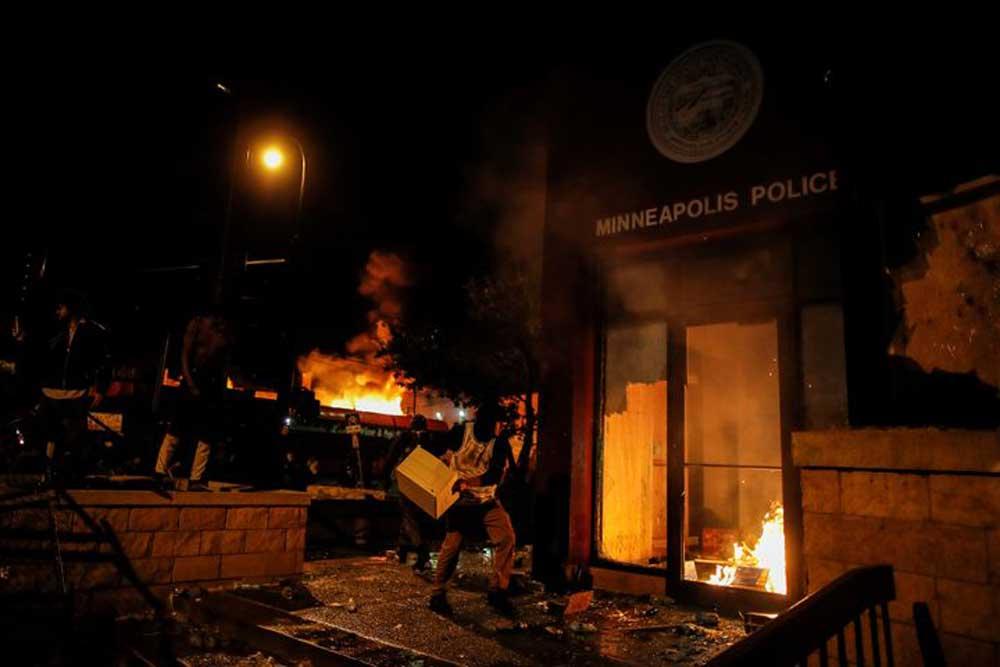 Người biểu tình, Minneapolis, Mỹ, đồn cảnh sát, đốt phá