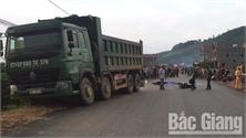 Bắc Giang: Xe máy va chạm xe tải, hai người thương vong