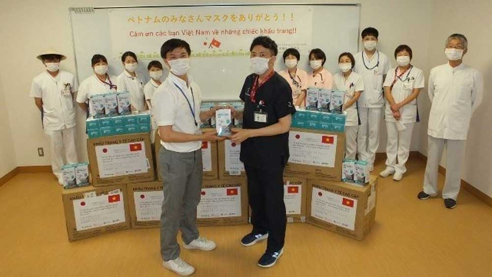 Vietnam presents 24,000 medical masks to hospital and medical school in Japan