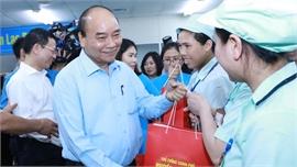 Thủ tướng Nguyễn Xuân Phúc thăm hỏi, động viên công nhân, người lao động