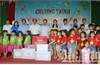 Phó Chủ tịch UBND tỉnh Lê Ánh Dương tặng quà cho học sinh nhân Ngày Quốc tế Thiếu nhi