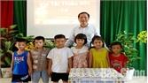 Thăm, tặng quà các cháu học sinh nhân ngày Quốc tế Thiếu nhi