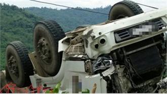 Cứu hộ kịp thời xe ô tô tải chở trên 200 hộp thuốc nổ bị tuột dốc, lật ngửa