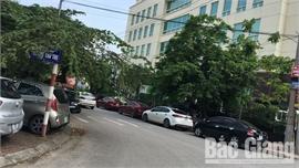 Ô tô đỗ lấn đường gây mất an toàn giao thông