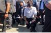 Thủ tướng Canada Trudeau quỳ gối biểu tình phản đối phân biệt chủng tộc