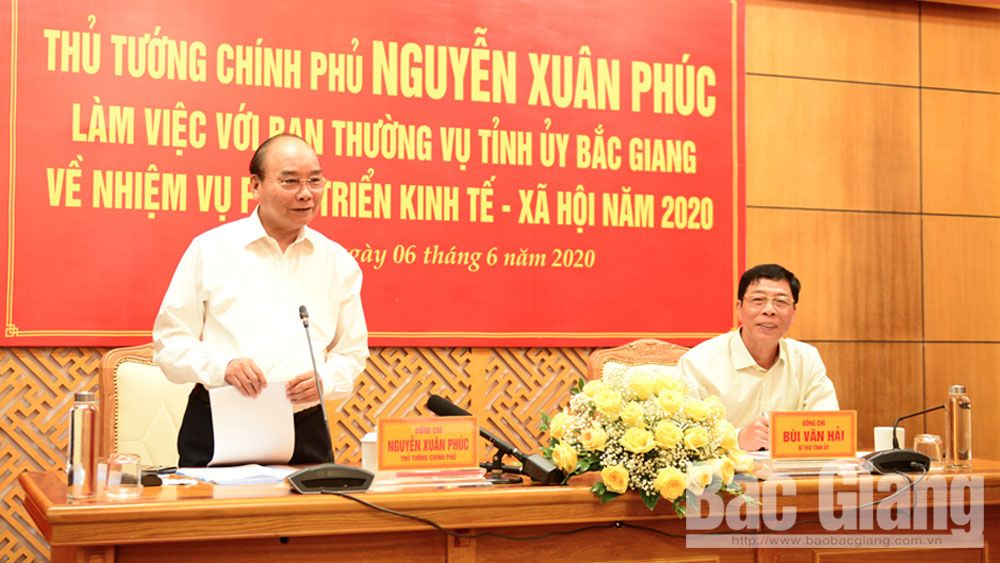 "PM Nguyen Xuan Phuc urges Bac Giang province to focus on removing obstacles, fulfilling ""dual goals"""