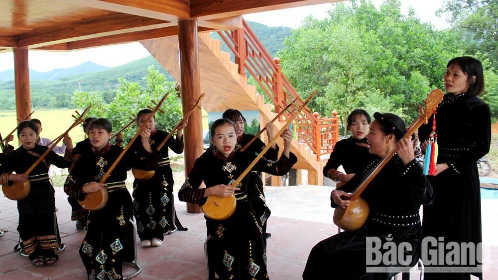 Đội hát Then phục vụ khách du lịch tại bản Nà Ó, xã An Lạc (Sơn Động). Ảnh: Xuân Thỏa