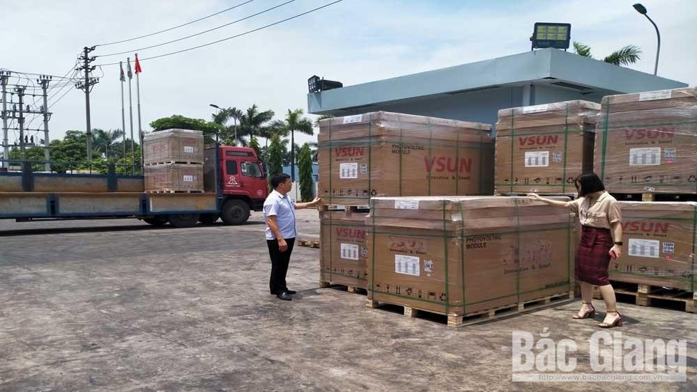 Công ty cổ phần Việt Nam Sunergy (KCN Đình Trám) chuẩn bị hàng xuất khẩu sang thị trường một số nước.