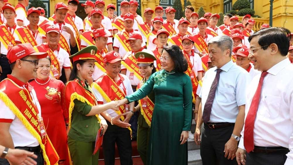 Vice President, outstanding blood donors,  noble gesture and spirit,  volunteer blood donors,  compassion of the Vietnamese, promoting charity