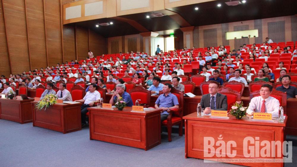 Các đại biểu dự hội nghị trực tuyến tại điểm cầu TP Bắc Giang.