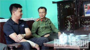 Giám đốc Công an tỉnh Bắc Giang Nguyễn Quốc Toản thăm hỏi cán bộ bị thương khi truy bắt tội phạm