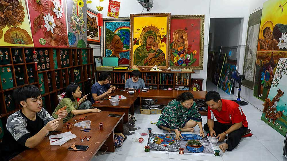 An artist, enables the disabled, copper wire art, Nguyen Nhat Minh Phuong, people with disabilities,  free vocational training school, domestic and foreign markets
