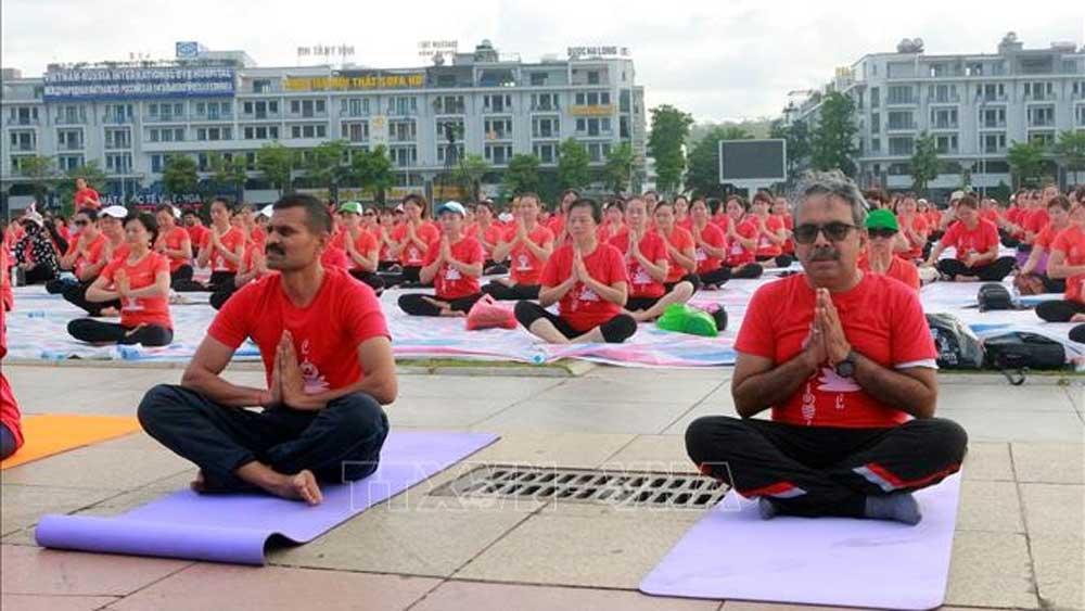 Ngày Quốc tế Yoga, lần thứ 6, 3.000 người tham gia, tỉnh Quảng Ninh, Đại sứ quán Ấn Độ, Yoga from home, Yoga với áo dài và nón lá
